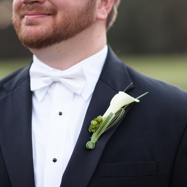 Clay wore a simple white calla lily boutonniere accented with long grass leaves.