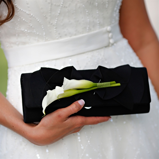 Stephanie pinned fresh calla lilies to her black clutch in keeping with her floral theme.