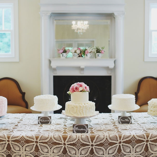 White cakes of different flavors were set up for guests to enjoy.