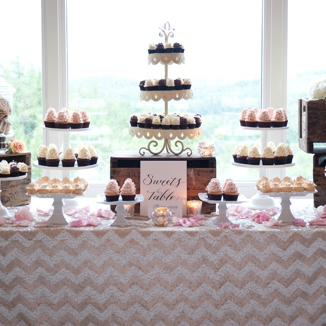 Instead of cake, Paula and Andre served their guests an assortment of cupcakes with towering peaks of frosting.