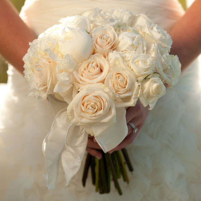 Greta carried a traditional bridal bouquet of white roses and peonies down the aisle.