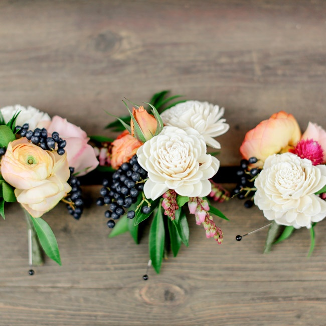To add texture to the groomsmen's peach and white boutonnieres, black berries were added.