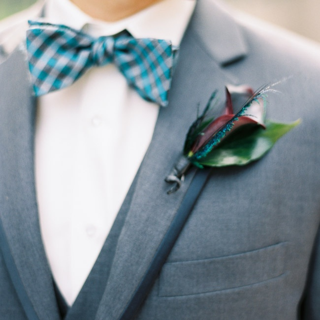 The groom's boutonniere had a single, deep red calla lily.