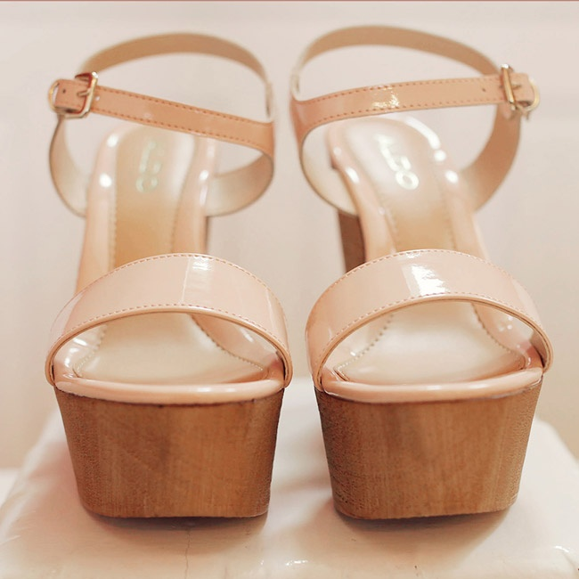 Julie wore a pair of blush platform wedges that gave her added height, while keeping her feet comfortable.