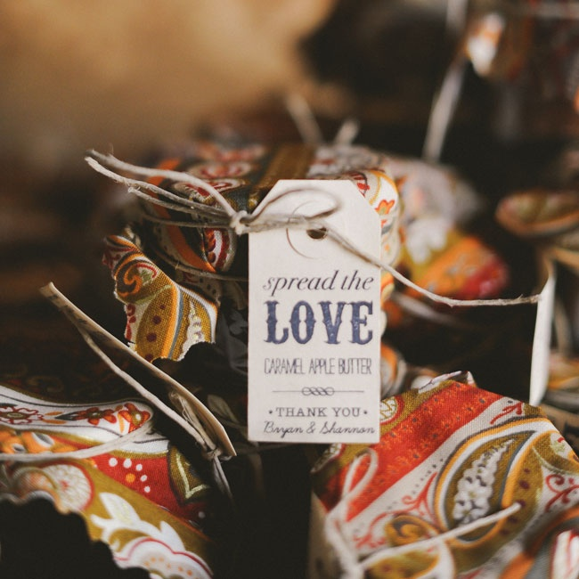 Custom tags and fabric in fall colors made the carmel apple butter favors a sweet takeaway at the end of the celebration.