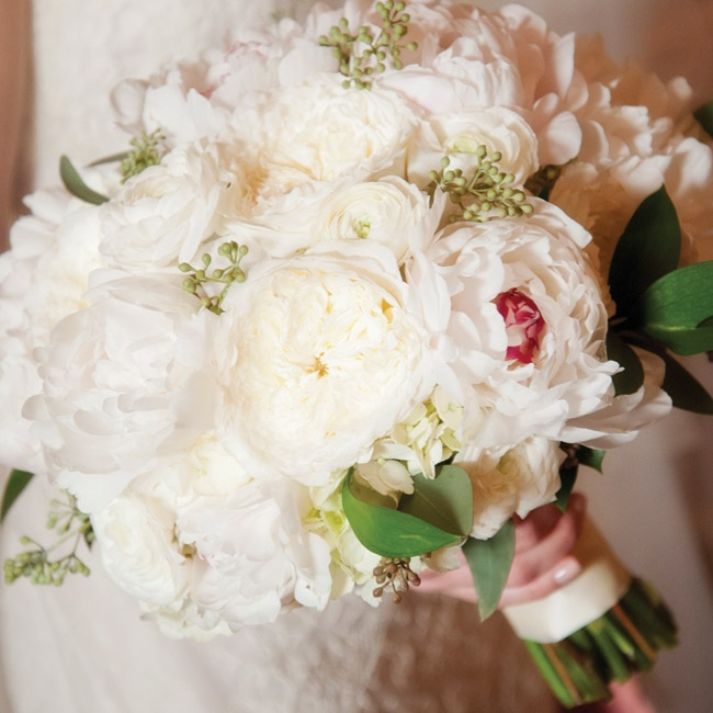 Lauren carried a bouquet of seeded eucalyptus, garden roses, ranunculus and peonies (her two favorite flowers).