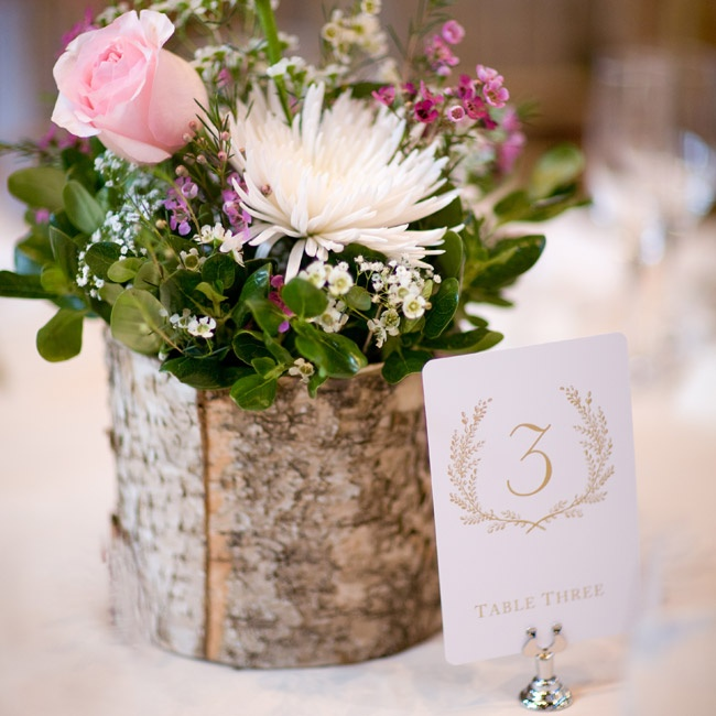 The table number displays were simple yet elegant with a light brown leaf motif.