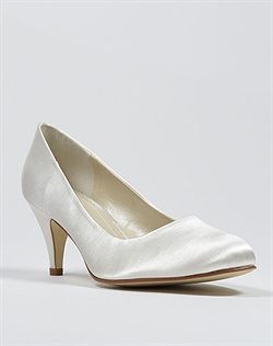Round toe pump wedding shoe in ivory satin.