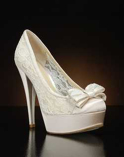 Round toe lace pump with bow detail