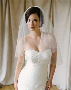Elegant and classic petal veil with pencil trim. Available in diamond white or pale ivory.