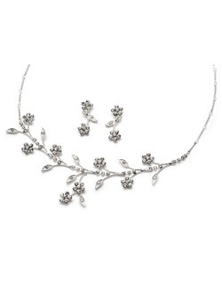 This floral design jewelry set is made with dazzling rhinestones.