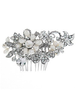 This vintage style comb features brilliant rhinestones and clusters of freshwater pearls.