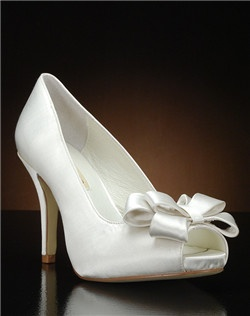 Peep toe platform pump with bow detail