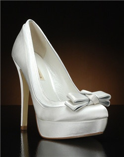 Round toe platform pump with layered bow