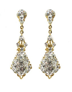 Everything that glitters is gold in this glittering Swarovski crystal and gold filigree chandeliers. Swarovski crystals are are encrusted to give a sparkling finish. Crystal encrusted posts lend to the formal look of these earrings.