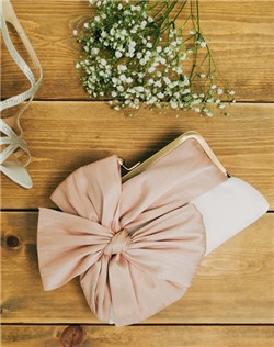 Our signature clutch boasts a dramatic over-sized bow that is sure to get noticed.