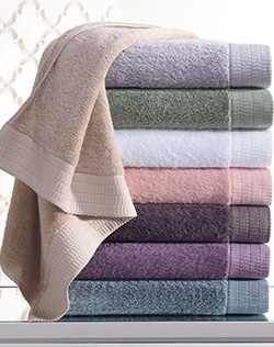 Wrap yourself in luxury.Jennifer Lopez bath towels are the best of both worlds. The textured trim lends a sophisticated touch to these cotton towels.