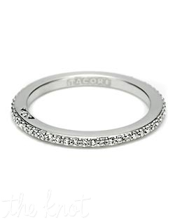 This elegant straight string of diamonds is the perfect partner for rings in the Dantela Collection. The width of the band is approximately 1.8 mm, and is also available in eternity and grande variations.