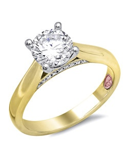 Available in White or Yellow Gold 18KT and Platinum. 0.06RD。
