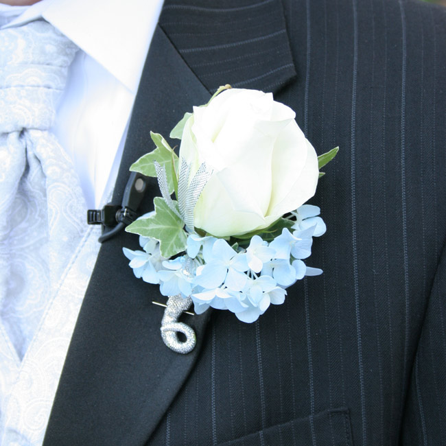 wedding ideas for guests matt s boutonniere was a simple white with a bit of 27841